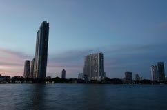 Byggnader på Chao Phraya River Arkivbilder