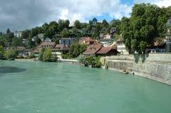 Byggnader på den Aare floden i Bern, Schweiz Arkivbild