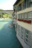 Byggnader på den Aare floden i Bern, Schweiz Arkivbilder