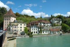 Byggnader på den Aare floden i Bern, Schweiz Fotografering för Bildbyråer