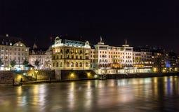 Byggnader på den högra banken av Rhen i Basel Arkivfoton