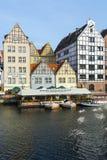 Byggnader på den Motlawa floden Gdansk Royaltyfria Bilder