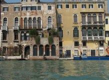 Byggnader på den Venedig vattenvägen i Italien Arkivbilder