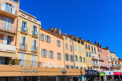 Byggnader på hamnen av Saint Tropez, Frankrike Royaltyfri Fotografi