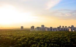 Byggnader på horisonten i Moskva Arkivfoton