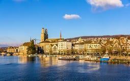 Byggnader på invallningen av Zurich Arkivfoto