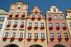 Byggnader på marknadsplats i den Jelenia Gora staden Royaltyfri Bild