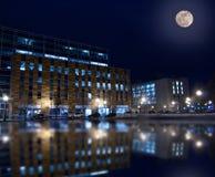 Byggnader på natten Arkivbild