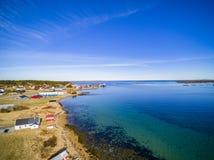 Byggnader på stranden i våren, mellersta Norge Royaltyfria Bilder