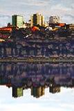 Byggnader reflekterade in bevattnar royaltyfri bild