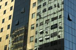 Byggnader reflekterade i andra byggnader Royaltyfri Foto