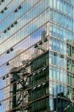 Byggnader reflekterade i Bahn står högt i Potsdamer Platz Arkivfoton