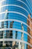 Byggnader reflekterade, i glassed Arkivbilder