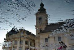 Byggnader reflekterade i vattnet Royaltyfri Foto