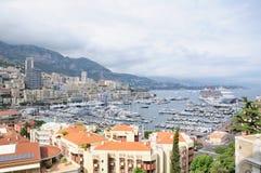 Byggnader runt om en port i Monaco Royaltyfri Foto