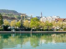 Byggnader, sjö och berg i Annecy, Frankrike Royaltyfri Fotografi