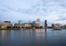 Byggnader som är nya och som är gamla på skymning på en London strand Royaltyfria Bilder