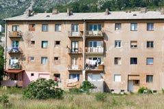 Byggnader som förstörs under kriget på Mostar på Bosnien Herzegovi Royaltyfria Bilder