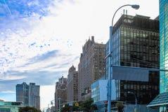 Byggnader som fodrar den första avenyn som ser in mot lägre Manhattan från den 44th gatan utanför den en FN-Plazabyggnaden Arkivfoton