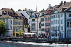 Byggnader som lokaliseras längs floden Reuss Arkivbild