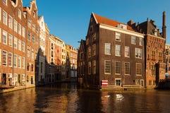 Byggnader som vänder mot en kanal i Amsterdam Royaltyfria Foton