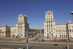Byggnader står högt på järnvägfyrkanten i Minsk, Vitryssland royaltyfria foton