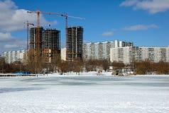 Byggnader under konstruktion i solig dag för vinter Arkivbild