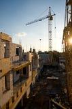 Byggnader under konstruktion med den högväxta kranen Royaltyfria Bilder