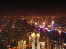 Byggnader under konstruktion med kranar och belysning på natten, Shanghai, Kina Arkivbild