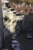 Byggnaderna längs den smala gatan Arkivbild