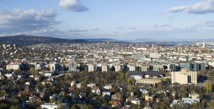Byggnaderna och gräsplanen av Budapest Arkivfoto