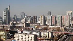 Byggnaderna och trafiken nära Guomao CBD lager videofilmer