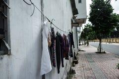 Byggnads fasad kläder som torkar repet Efter tvagning askfat vietnam Arkivbild