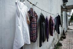 Byggnads fasad kläder som torkar repet Efter tvagning askfat vietnam Arkivfoto