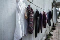 Byggnads fasad kläder som torkar repet Efter tvagning askfat vietnam Arkivfoton