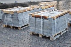 Byggnads- och konstruktionsmaterial, sten- och betongpavers (förberedande sten) eller uteplatskvarter som organiseras på paletter Royaltyfri Foto