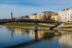 Byggnads- och Makartsteg bro i Salzburg under dagen Fotografering för Bildbyråer