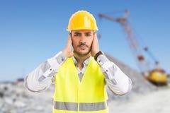 Byggnadsarbetare eller tekniker som täcker hans öron fotografering för bildbyråer