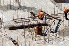 Byggnadsarbetare i säkerhetshjälm på konstruktionsplatsen för bostads- byggande arkivfoton