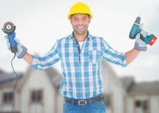 Byggnadsarbetare med drillborren som är främst av konstruktionsplats royaltyfri fotografi
