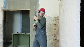 Byggnadsarbetare med h?lapparaten arkivfilmer