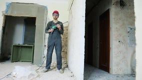 Byggnadsarbetare med h?lapparaten stock video