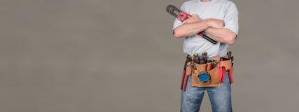Byggnadsarbetare med hjälpmedelbältet arkivbild