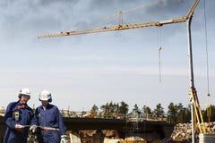 Byggnadsarbetare och brokonstruktion Royaltyfri Fotografi