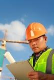 Byggnadsarbetare och kran Fotografering för Bildbyråer
