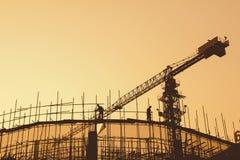 Byggnadsarbetare och material till byggnadsställning Arkivfoton