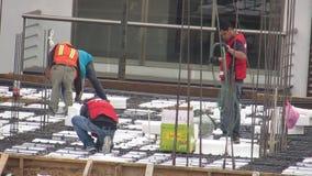 Byggnadsarbetare på byggnadsplats stock video