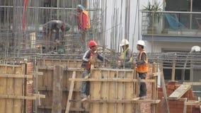 Byggnadsarbetare på byggnadsplats arkivfilmer