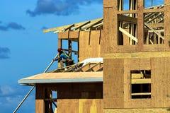 Byggnadsarbetare på ett tak arkivbilder