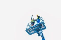 Byggnadsarbetare på plats i hydraulisk lyftande ramp royaltyfri bild